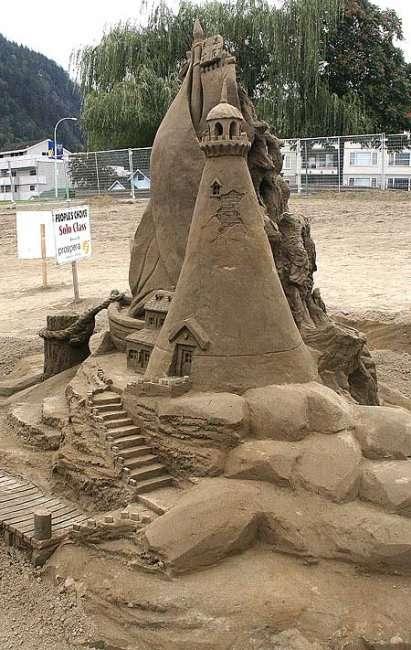 Удивительные фигуры из песка (75 фото)