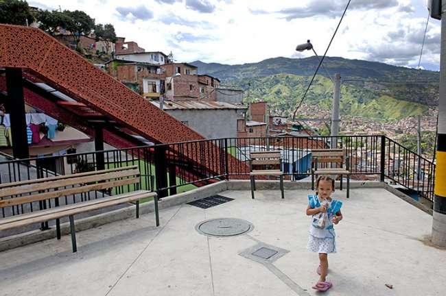 Гигантский наземный эскалатор в Медельине, Колумбия (7 фото)