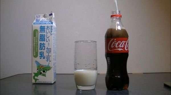Молоко превращает колу в прозрачную жидкость (12 фото)