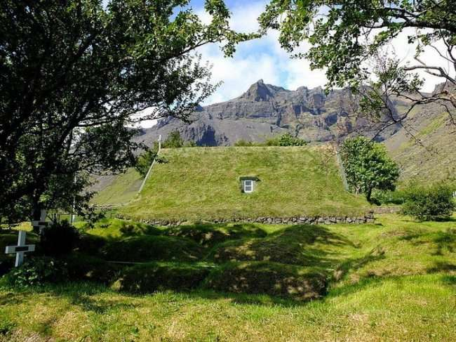 Уникальная дерновая церковь в Исландии (7 фото)