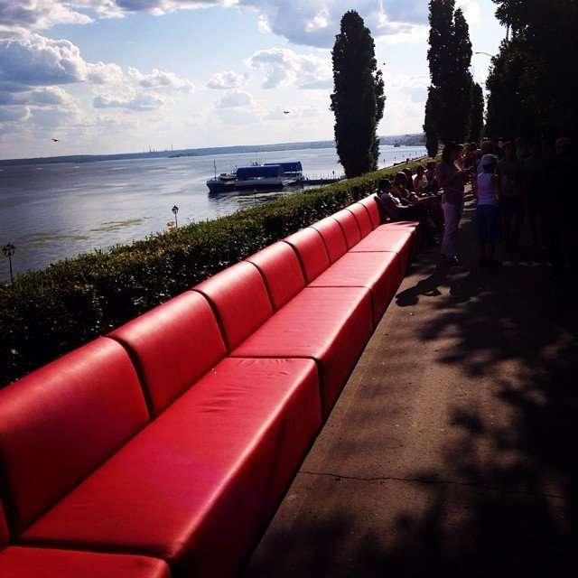 Самый большой диван в мире из Саратова (9 фото)