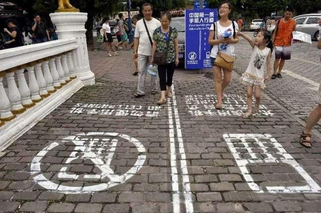 Пешеходная дорожка для разговоров по телефону (6 фото)