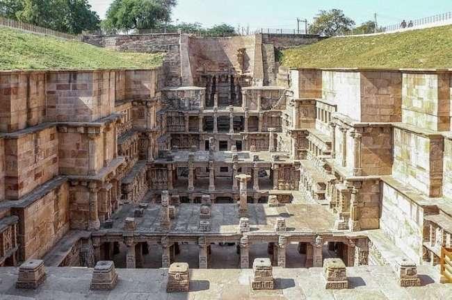 Рани-ки-вав - древний колодец Индии (6 фото)