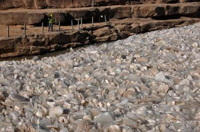 Водопад Хукоу, покрытый льдом (4 фото)