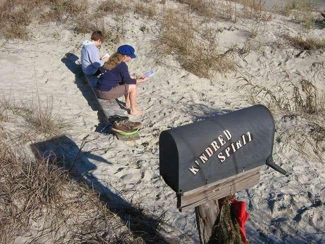 Одинокий почтовый ящик на необитаемом острове (5 фото)