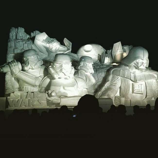 Снежная скульптура для фанатов