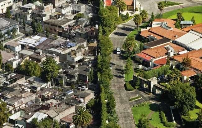 Граница бедности и богатства в Мексике (4 фото)