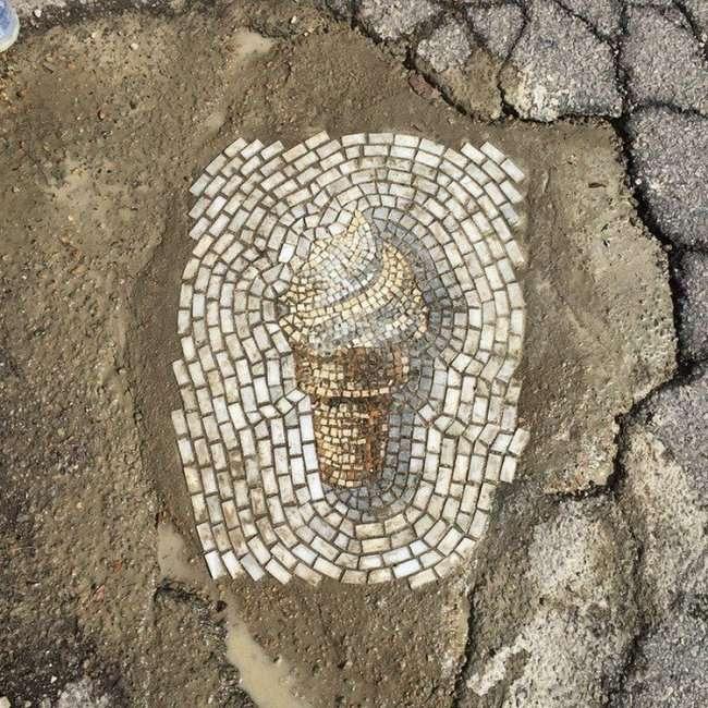 Художник заделывает дорожные ямы в виде мороженного (9 фото)