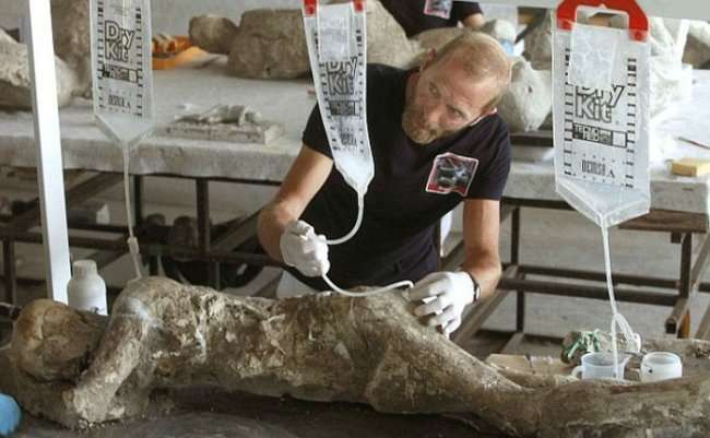 Археологи обнаружили тела жителей Помпеи под окаменевшей лавой Везувия (23 фото)