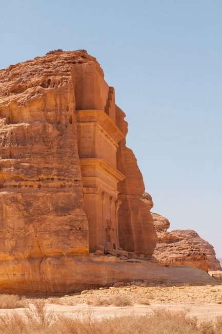 Одинокий дворец в пустыне Саудовской Аравии (4 фото)