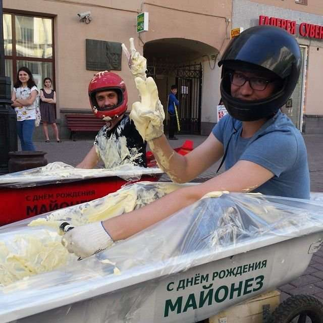 Гонки в майонезе в Москве (8 фото)