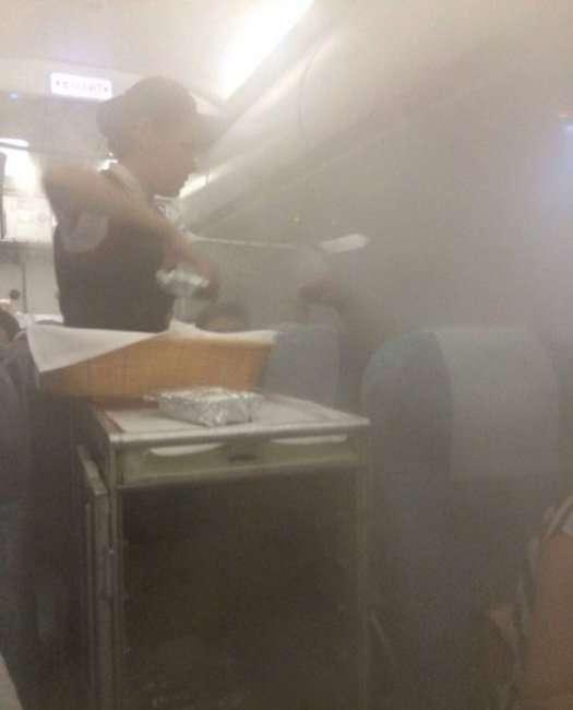 Пугающию пар в салоне самолета (9 фото)