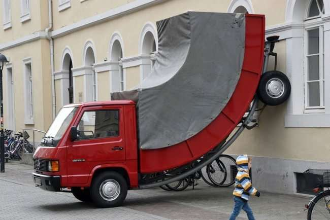 Скульптура припаркованного авто от Эрвина Вурма (2 фото)