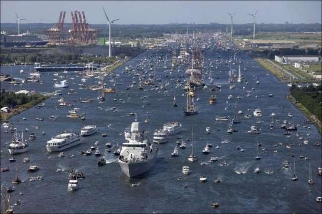 Самый большой парад судов (8 фото)