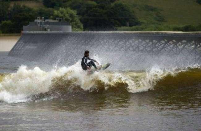 Искусственное озеро с самыми большими волнами (5 фото)