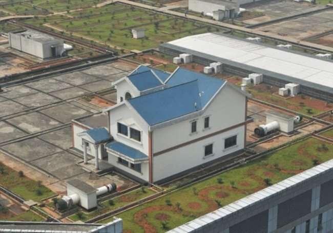 Частные дома на крыше торгового центра (3 фото)
