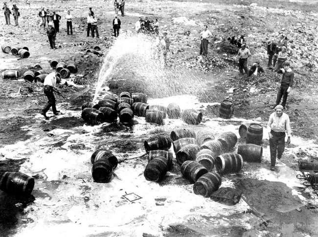 Как расправлялись с выпивкой 20-30-е годы в США (12 фото)