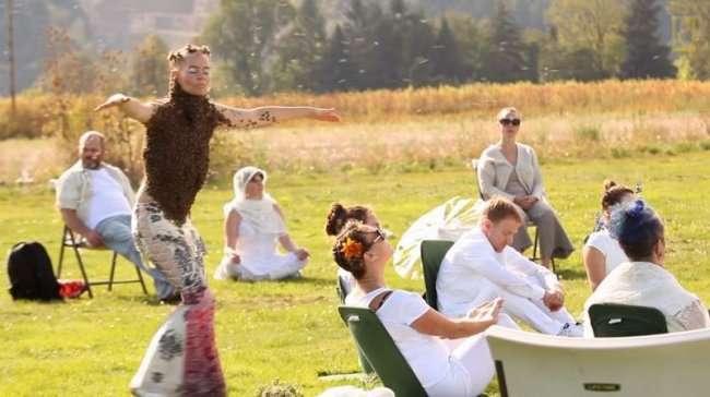 Американка исполнила танец с 10000 пчел на теле (4 фото)