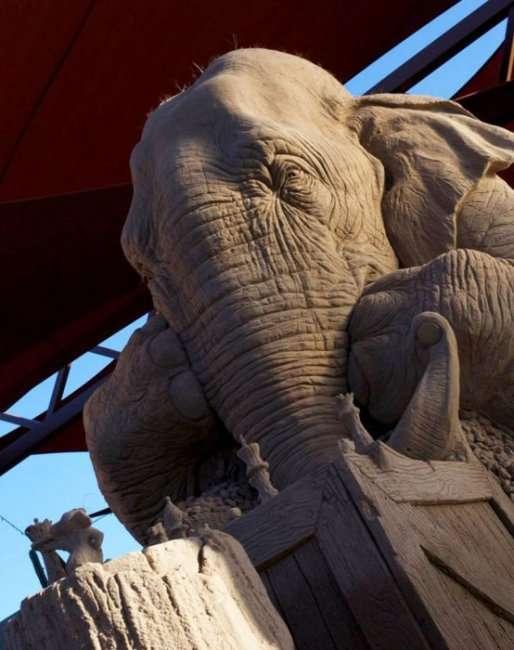 Скульптура из песка слону и мышке (8 фото)