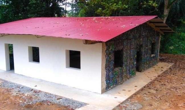 Шикарный дом из платиковых бутылок (7 фото)