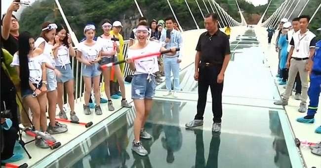 Самый длинный стеклянный мост в мире решили проверить на прочность (6 фото)