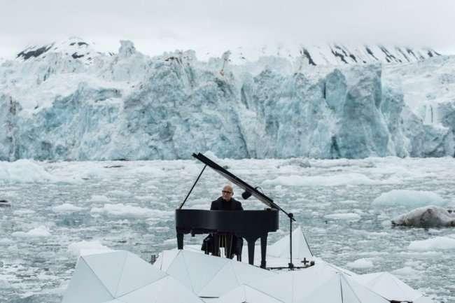 Музыкант играет на пианино на льдине (3 фото + видео)