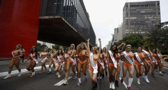Участницы конкурса «Мисс Бум-Бум» спровоцировали пробку в Сан-Паулу (13 фото)