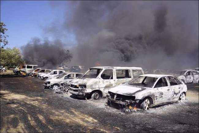 На парковке сгорело 422 автомобиля в Португалии (19 фото)