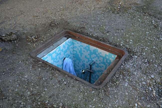 Заброшенные люки, превращенные в миниатюрные комнатки (3 фото)